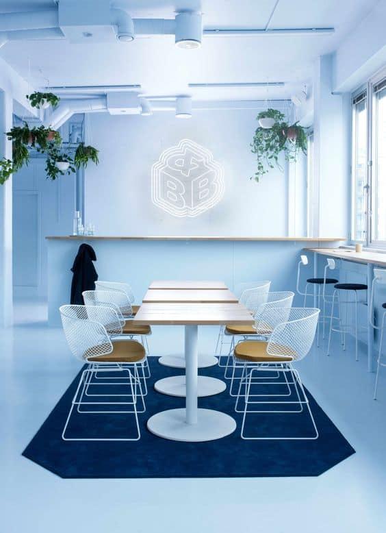 Plantes dans une salle de réunion